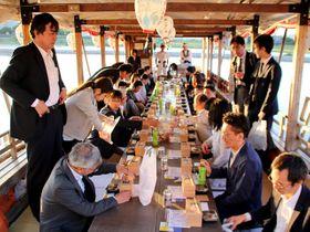和やかな雰囲気で開催された研修会=岐阜市湊町、鵜飼観覧船乗り場