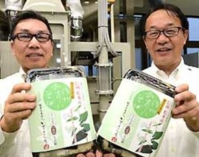 信州ひすいそばで作った半生そばを手にする田中社長(右)ら