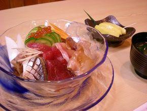 夏らしい青いガラスの器に盛り付けられた鮨一八の仙台づけ丼