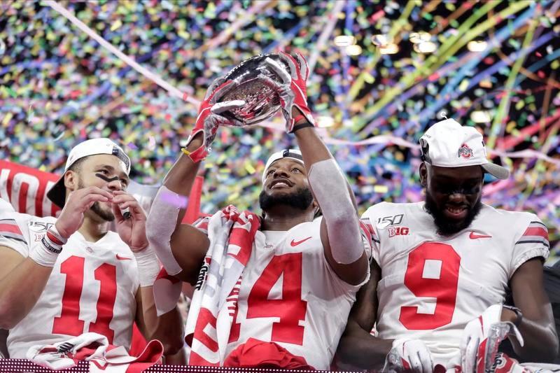 ビッグ10を制しトロフィーを掲げるオハイオ州立大の選手たち(AP=共同)