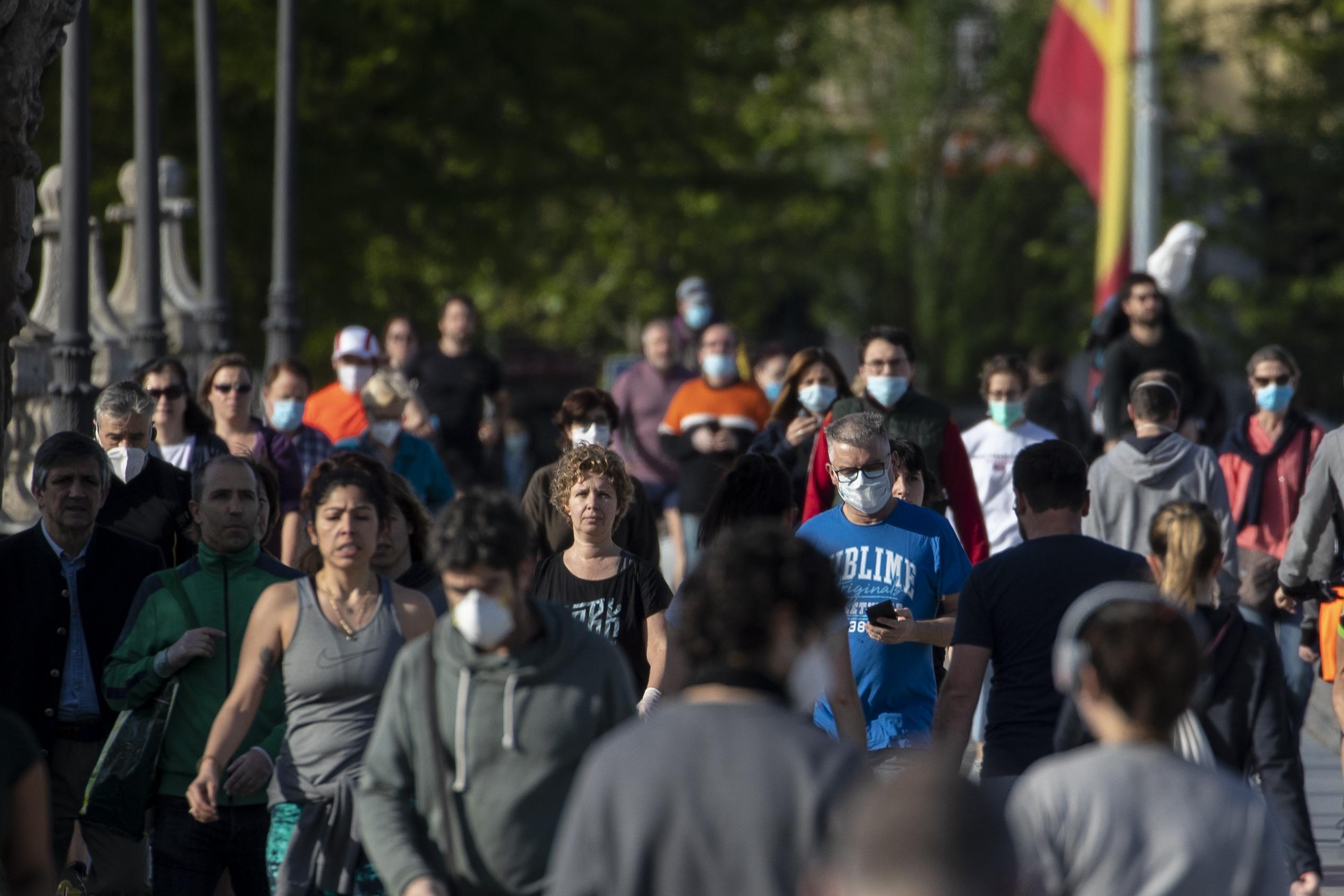 運動のための外出が認められたスペイン・マドリードで出歩く人たち=3日(AP=共同)
