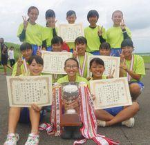 女子総合優勝した入野中の選手たち=岐阜県海津市で