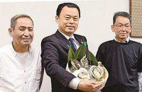 特大のイワガキをPRする(左から)青木隆幸さん、丸山達也知事、和田憲幸さん