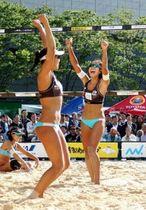 女子決勝 第1セットを奪い喜ぶ村上礼華(右)と坂口佳穂のペア