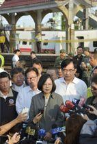 台湾の特急列車事故の現場(奥)を視察した蔡英文総統(手前中央)=22日、宜蘭県(共同)