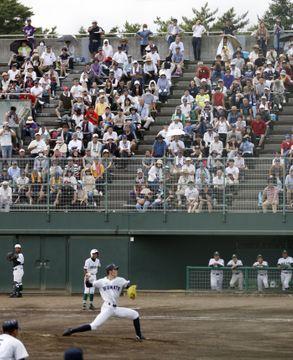 遠野緑峰戦に先発した大船渡・佐々木朗希投手(手前)と大勢の観客=16日、岩手県花巻市の花巻球場