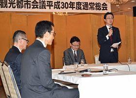 2019年度限りでの活動終了を申し合わせた青函圏観光都市会議であいさつする小野寺市長(右)