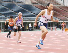 400メートルで勢いよくスタートを切る選手たち=いずれも金沢市の県西部緑地公園陸上競技場で