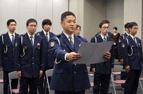取り締まり強化へ決意を述べる寺田警部(中央)=県警本部