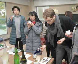老舗酒蔵で造られた日本酒を試飲するコンシェルジュや外国人たち=古河市本町