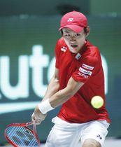 日本―フランス シングルス第2試合でガエル・モンフィスに勝利した西岡良仁=マドリード(共同)