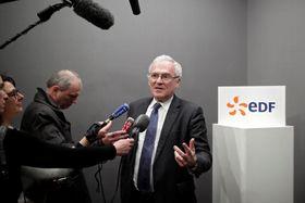 11日、パリで記者会見するフランス電力のレビCEO(ロイター=共同)