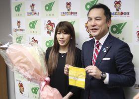 引退報告を終え、三重県の鈴木英敬知事(右)と写真に納まる吉田沙保里さん=15日午後、三重県庁