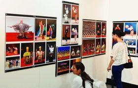 琉球舞踊家たちの舞台を紹介する写真展「琉球芸能の足跡」=14日、那覇市民ギャラリー