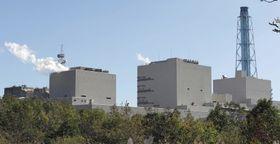 北海道電力苫東厚真火力発電所の4号機(右)=17日、北海道厚真町