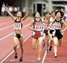 女子1500メートル決勝 4分29秒19で優勝した宮下りの(左、加藤学園)=エコパスタジアム