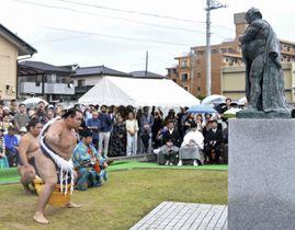 常陸山像前で土俵入りを披露する横綱鶴竜=24日、水戸市