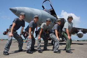 新田原基地周辺住民に訓練を公開するF15戦闘機と同基地隊員