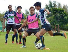 ゲーム形式の練習で連係を確認するFC琉球の選手ら=23日、西原町の東崎公園サッカー場