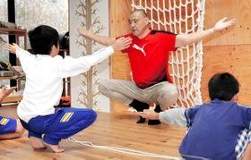 四股など相撲の動きを取り入れた療育に取り組む元関脇の小林孝也さん=神戸市灘区篠原中町