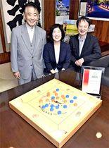 「グッド・トイ」受賞を喜ぶ(左から)安島さん、原田さん、横山さん