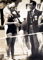 東京五輪女子100メートル背泳ぎ予選でスタート前の木原さん(手前左)