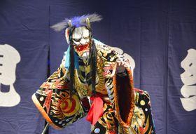 ロシア・ウラジオストクで行われた伝統芸能「石見神楽」の公演=26日(共同)