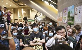 香港中心部の税務当局ビルのロビーを占拠した若者ら=24日(共同)