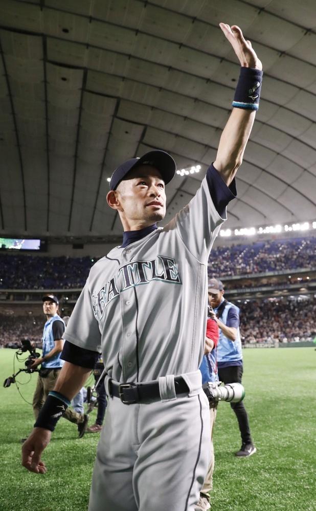 歓声に応えながら場内を一周するマリナーズのイチロー外野手=東京ドーム