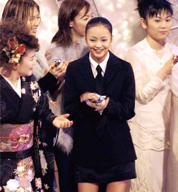 紅白歌合戦に出場、1年ぶりにファンの前に元気な姿を見せた安室奈美恵さん(中央)=1998年12月31日夜、東京・渋谷のNHKホール