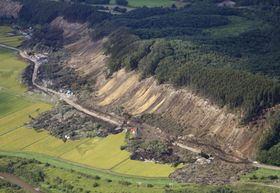 最大震度7を観測し、多くの犠牲者が出た北海道厚真町の土砂崩れ現場=12日