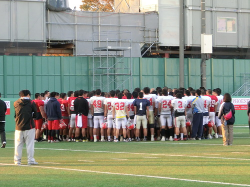 法大戦に向けた練習でハドルをする日大の選手たち=撮影:Ayako Konishi、16日、日大グラウンド
