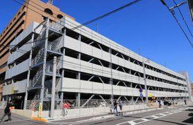 5月に供用を始めた県立宮崎病院の立体駐車場。外来患者の多い日は駐車できない車で最大800メートルの交通渋滞が発生する=17日午前、宮崎市北高松町