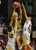 【バスケットボール男子決勝・美郷―城東】第4クオーター、ゴール下でシュートを放つ城東の内藤=CNAアリーナ