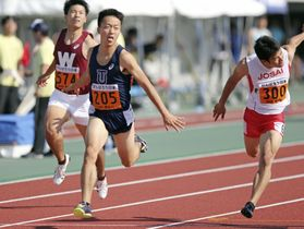 関東学生対校選手権の男子100メートルを制した東洋大の宮本大輔(中央)=相模原ギオンスタジアム