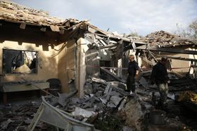 パレスチナ自治区ガザから発射されたロケット弾が直撃した民家=25日、イスラエル中部(AP=共同)