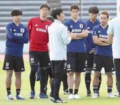 練習で森保監督(手前)の話を聞く酒井宏(右から3人目)ら日本代表イレブン=新潟市陸上競技場で