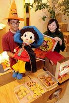 「パルちゃん」のぬいぐるみやお菓子をアピールする藤中健二さん(左)ら=加西市北条町北条