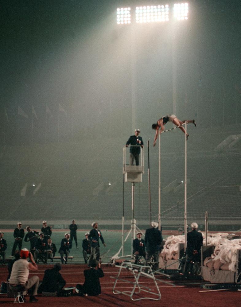 1964年10月17日、国立競技場で9時間余りも続いた陸上棒高跳びの激闘。夜間照明の下で米国のハンセン選手が5㍍10を跳び優勝した