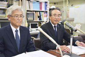 記者会見するコンコルディアFGの川村健一社長。左は東日本銀行の大神田智男頭取=10日午後、東京都中央区
