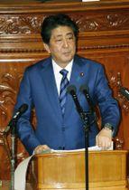 第197臨時国会で所信表明演説をする安倍首相=24日午後、衆院本会議場