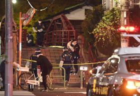 男女4人が切られるなどした現場付近を調べる警視庁の捜査員=7日午後10時10分、東京都江東区