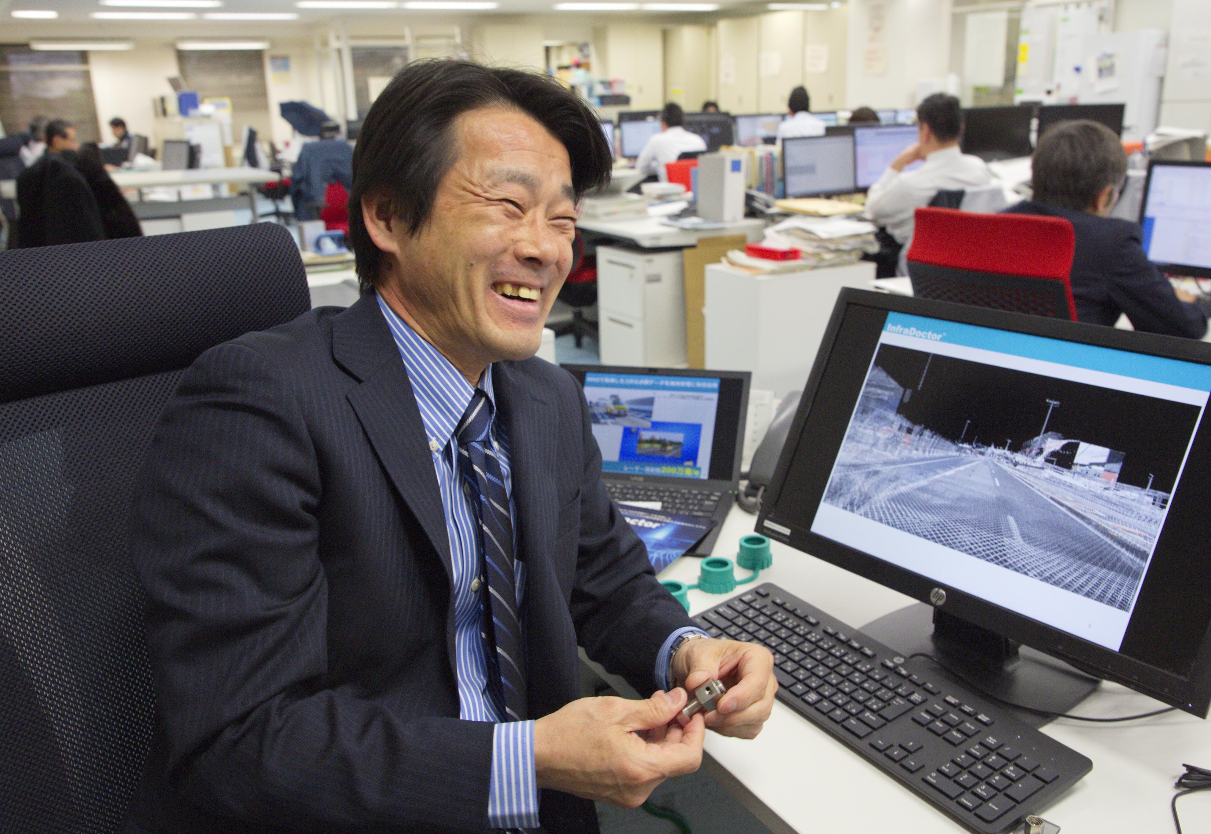 システムを開発してきた首都高技術会社の永田佳文。パソコンの画面には「点群」で示された画像