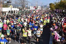 今年の桜マラソンで一斉にスタートするフルマラソンのランナー=3月24日、佐賀市のSAGAサンライズパーク前