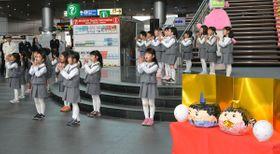 元気よくダンスを披露する園児たち=高松市浜ノ町、JR高松駅