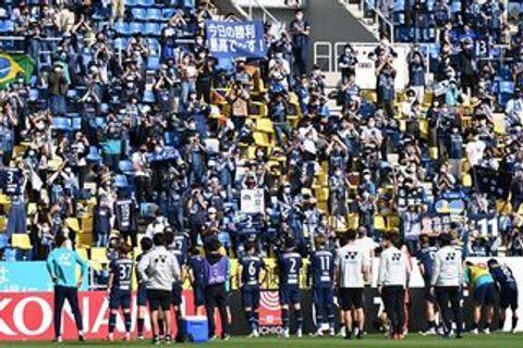 4連勝した福岡の選手たちを拍手で迎えるサポーター=9日