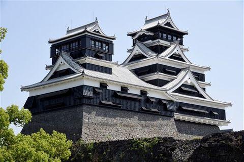修復工事が完了し、4月26日から一般公開が始まる熊本城天守閣(右が大天守、左が小天守)=熊本市中央区