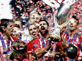 サッカーの欧州スーパーカップを制し、トロフィーを掲げるアトレチコ・マドリードのディエゴコスタ=タリン(AP=共同)