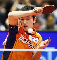 男子シングルスで準決勝進出を決めた張本智和=東京体育館