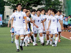 埼玉平成―国際学院 初の4強進出を決め、喜ぶ国際学院イレブン